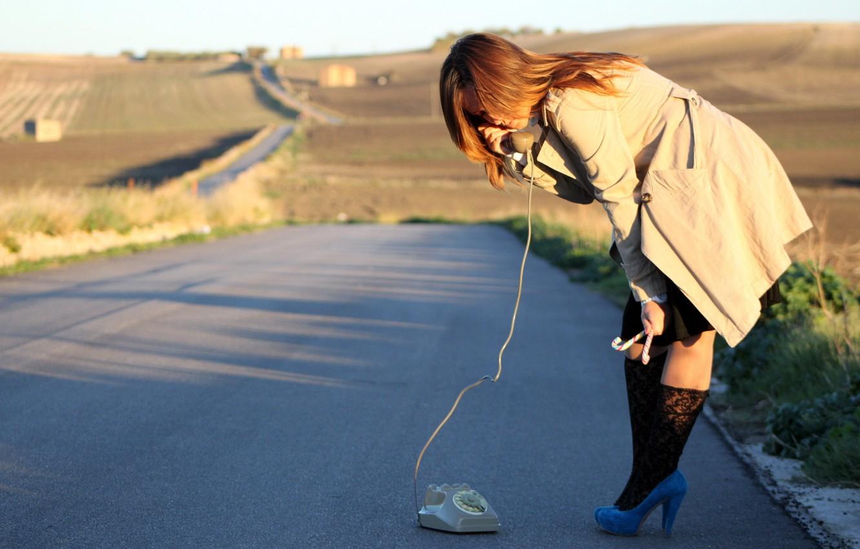 Фото обои дорога, девушка, ситуация, телефон