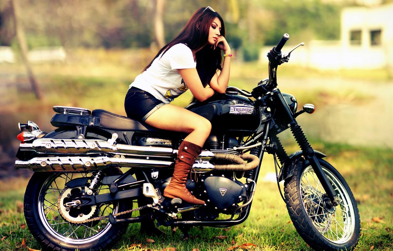 bryunetka-v-chernih-shortikah-i-mototsikl-kartinka