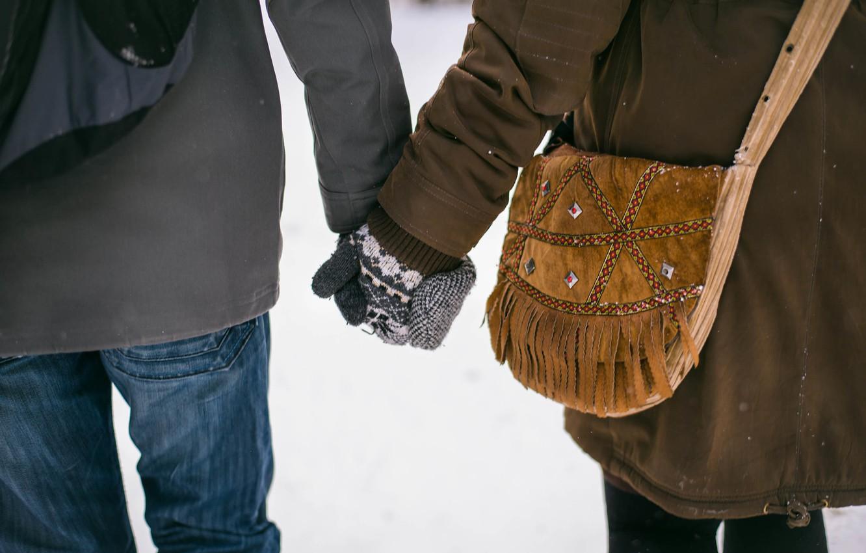 Фото обои руки, сумка, влюбленные, варежки