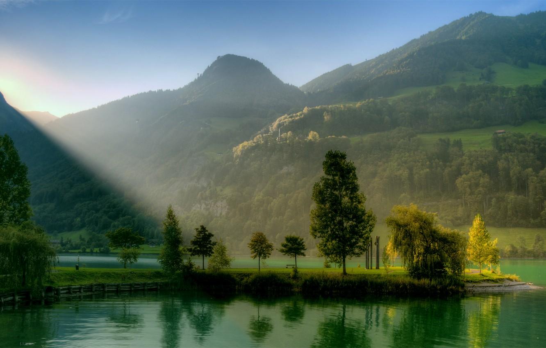 Фото обои зелень, небо, солнце, лучи, свет, деревья, пейзаж, река, восход, холмы, голубое, Горы, безоблачное