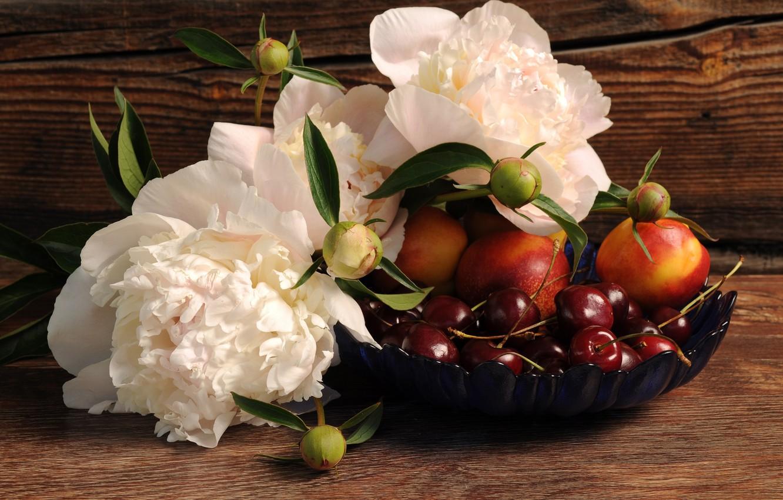Фото обои цветы, ягоды, доски, миска, фрукты, черешня, пионы, нектарины
