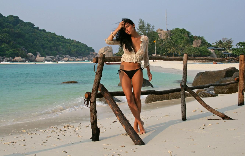 Фото обои песок, море, пляж, девушка, тропики, пальмы, трусики, загар, брюнетка, залив, ножки, sexy, jenya d, евгения …