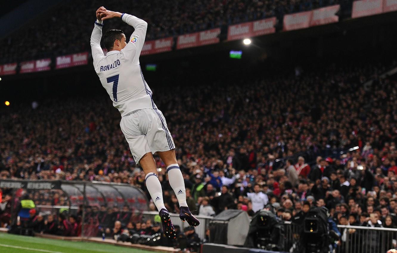 Фото обои поза, улыбка, прыжок, футбол, медаль, полёт, Португалия, Cristiano Ronaldo, легенда, футболист, гол, стадион, football, CR7, …