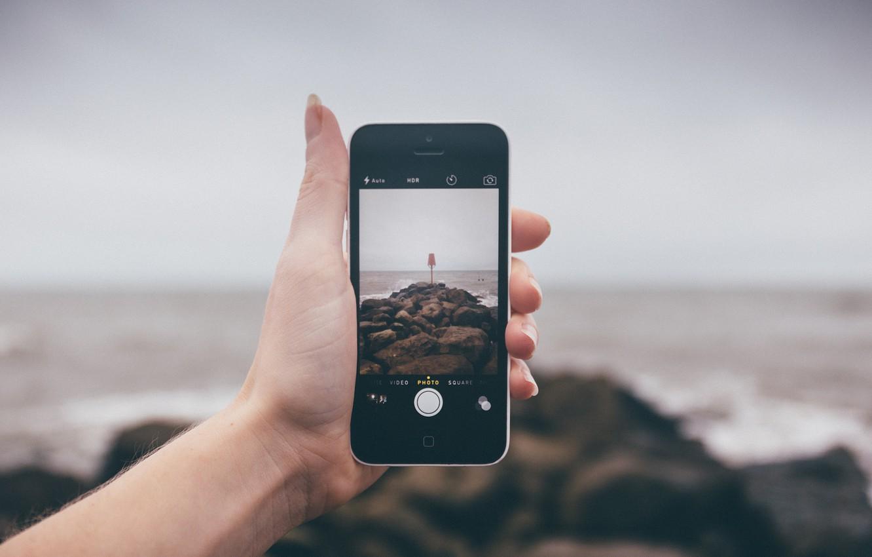 Фото обои море, волны, пляж, пейзаж, камни, фотография, iPhone, рука, дождливый