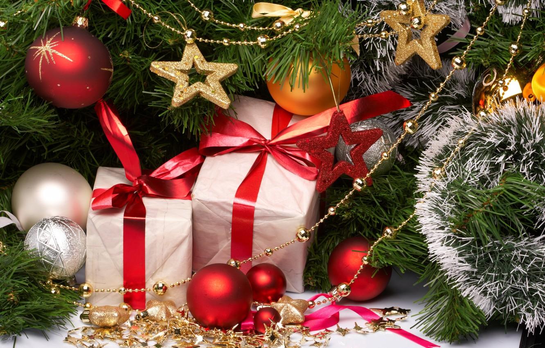 Фото обои шарики, украшения, ленты, шары, игрушки, блестки, Новый Год, Рождество, подарки, красные, белые, золотые, праздники, коробки, …