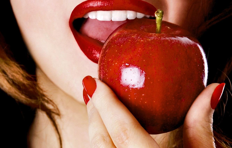 Фото обои девушка, лицо, еда, рука, пальцы, маникюр, красные губы, красное яблоко