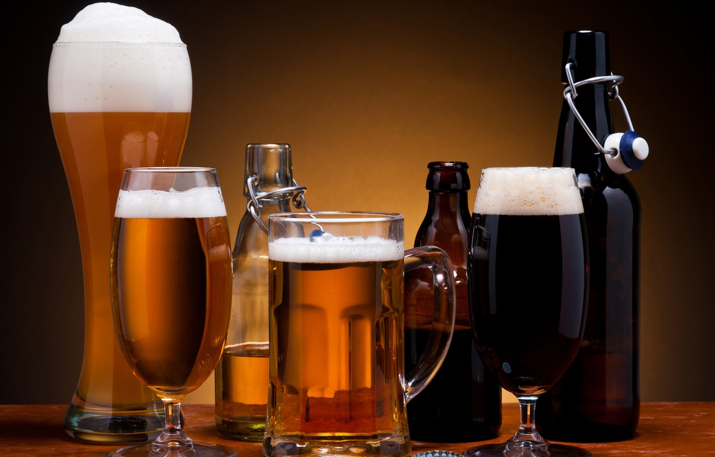Фото обои пена, пиво, стаканы, бутылки, тёмное, светлое