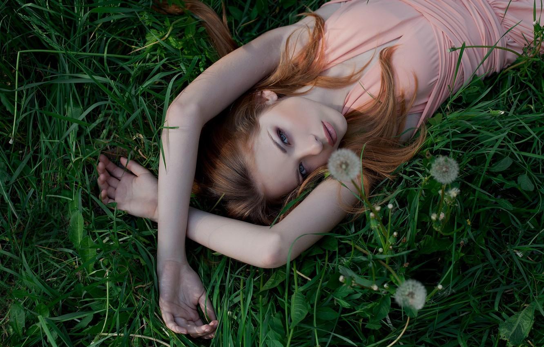 Фото обои трава, взгляд, девушка, природа, поза, милая, платье, блондинка, лежит, girl, grass, красивая, одуванчики, dress, nature, …