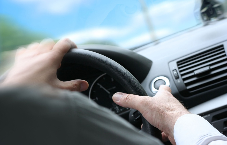 Фото обои панель, руки, руль, мужчина, автомобиль