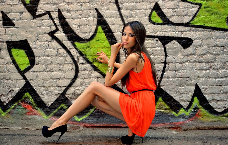 Фото обои взгляд, девушка, поза, улица, модель, фигура, платье, брюнетка, туфли, каблуки, браслет, ножки, дизайнер, Татьяна Беглецова