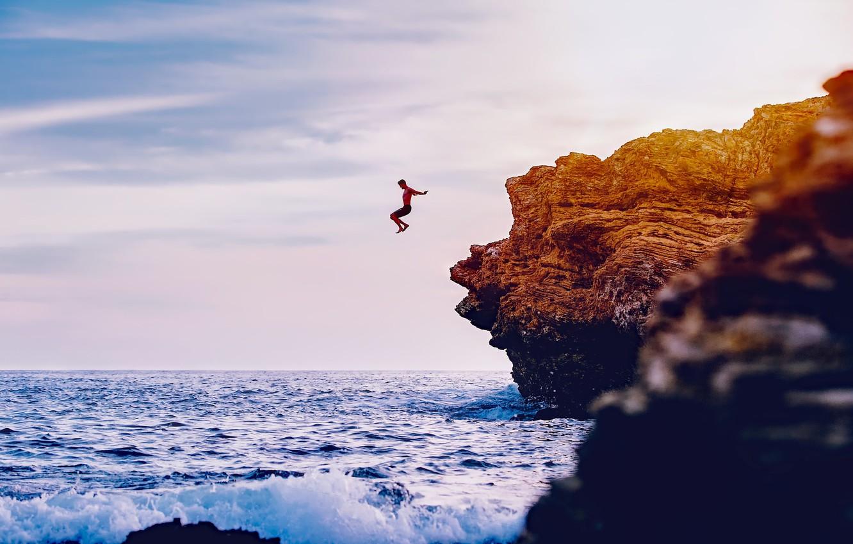 Фото обои море, камни, скалы, берег, человек, горизонт, Калифорния, США, прыгает, в воду