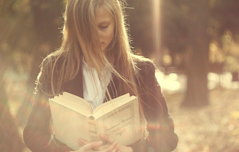 Фото обои девушка, ветер, волосы, книга