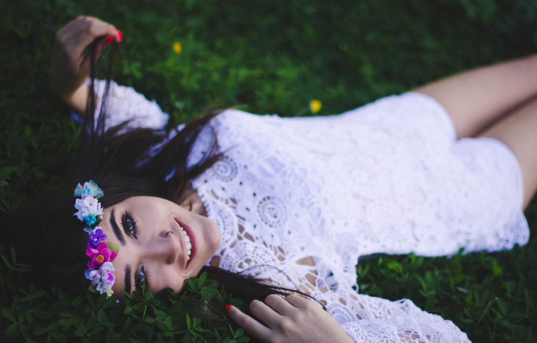 Фото обои девушка, улыбка, платье, брюнетка, лежит, венок, улыбается