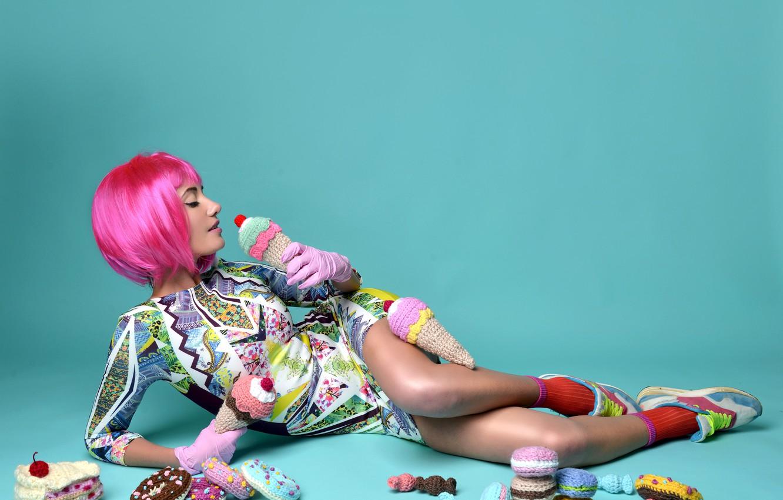 Фото обои девушка, поза, фон, макияж, фигура, платье, прическа, сладости, лежит, перчатки, на полу, симпатичная