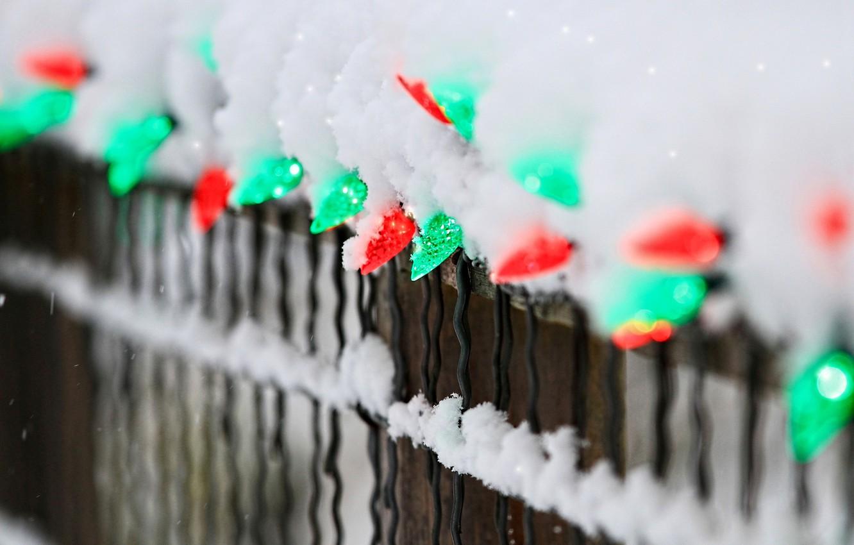 Фото обои зима, снег, огни, забор, ограда, зеленые, красные, гирлянда, праздники