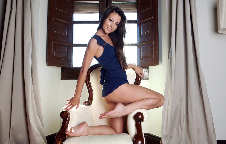 Фото обои попа, девушка, улыбка, кресло, платье, брюнетка, окно, ножки, Lorena Garcia, Lorena Morena