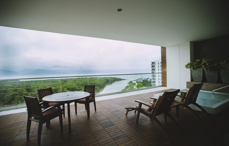 Фото обои деревья, река, стулья, балкон