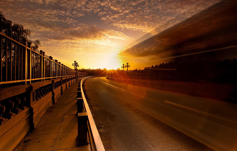 Фото обои дорога, небо, солнце, свет, город, блики, забор, выдержка
