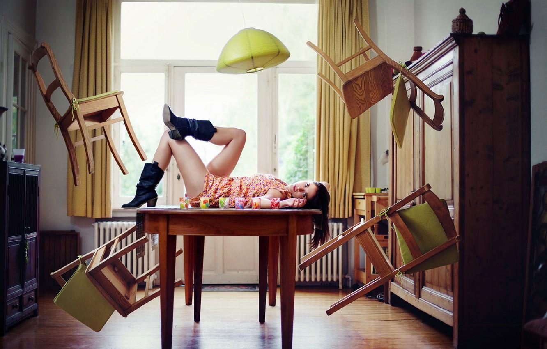 Фото обои девушка, комната, стулья, ситуация