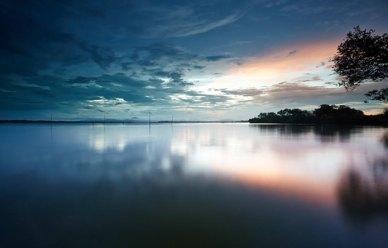 Фото обои небо, вода, облака, деревья, гладь, рассвет, берег, утро, Озеро