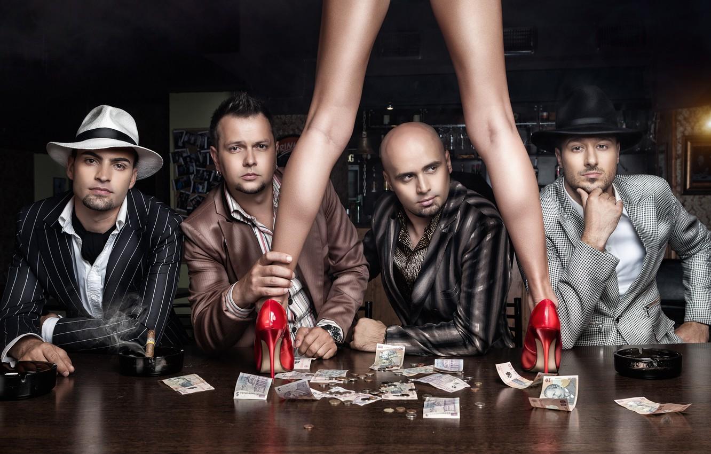 Фото обои девушка, стол, люди, ноги, деньги, туфли, мужчины, купюры, Daniel Ilinca
