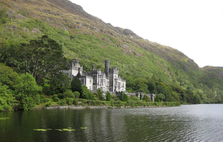 Фото обои Зелень, Небо, Природа, Фото, Горы, Скалы, Озеро, Деревья, Лес, Замок, Берег, Ирландия, Пейзаж, Castle, Kylemore, …
