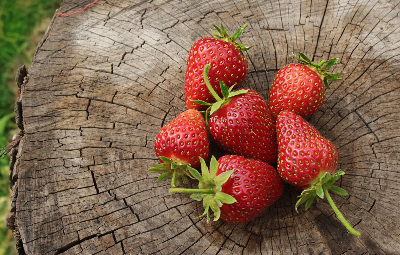 Фото обои лето, красный, зеленый, ягоды, дерево, пень, клубника, июнь