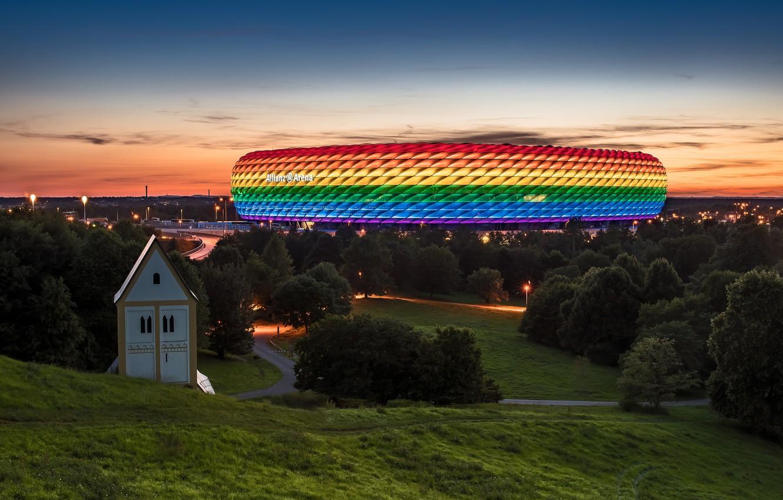 Фото обои небо, облака, закат, вечер, Германия, Мюнхен, Бавария, подсветка, стадион, иллюминация, Альянц Арена