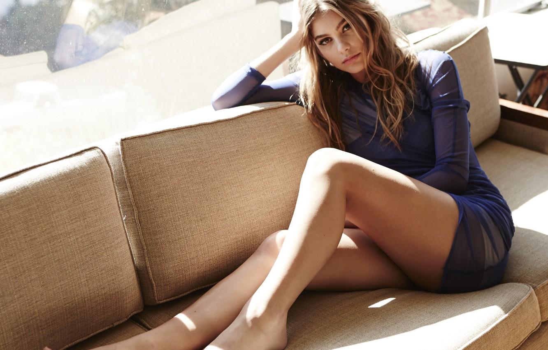 Фото обои взгляд, девушка, диван, красивая, сидит, camila morrone