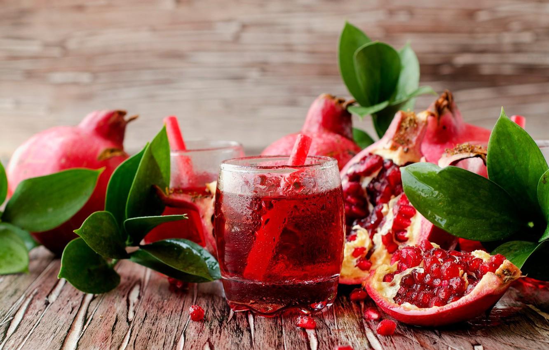 Фото обои листья, доски, сок, плоды, стаканы, гранаты, зёрна, трубочки