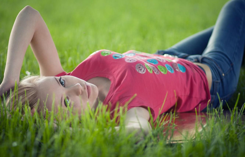 Картинки девочки лежащие на траве