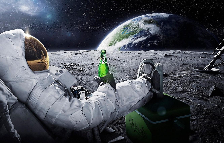 Фото обои космос, земля, луна, пиво, космонавт, астронавт, carlsberg