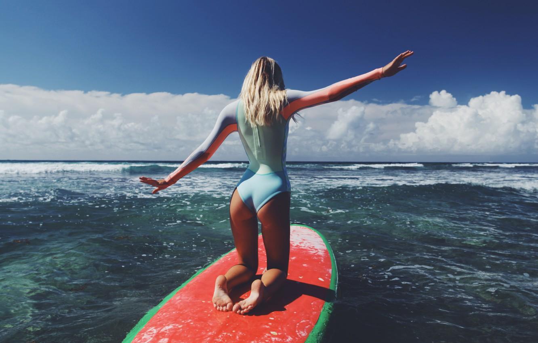 Фото обои море, попа, девушка, серфинг, доска, Alexis Ren