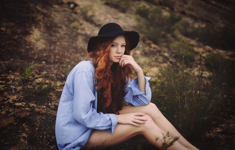 падении рыжая девушка в синей рубашке была одета