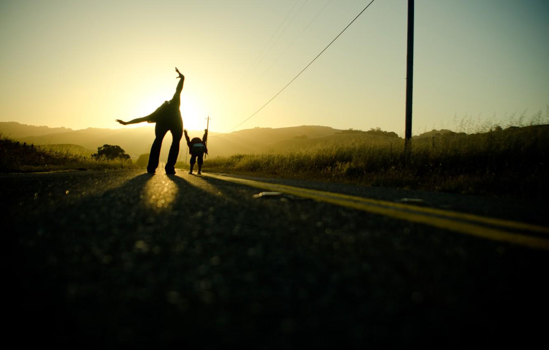 Фото обои дорога, небо, солнце, свет, путь, настроение, дороги, руки, папа
