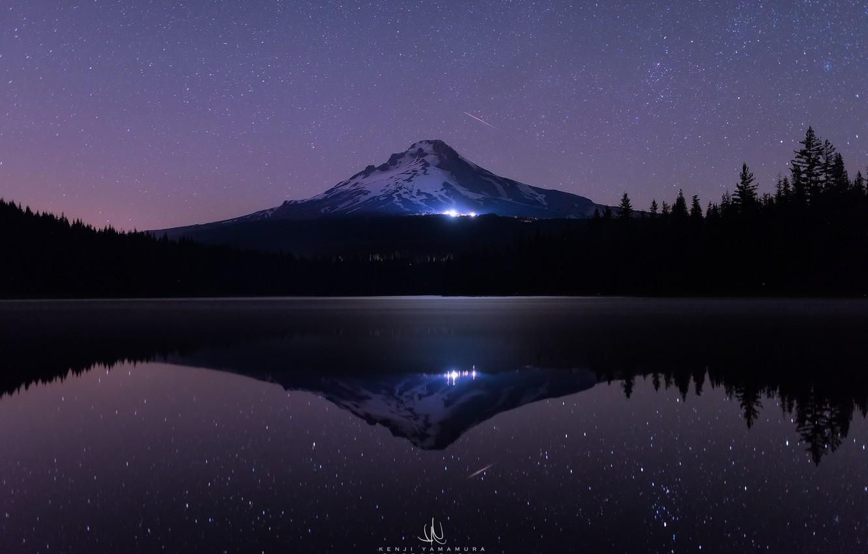 Фото обои море, лес, вода, звезды, свет, снег, деревья, ночь, озеро, темнота, отражение, сияние, гора, ели, USA, …