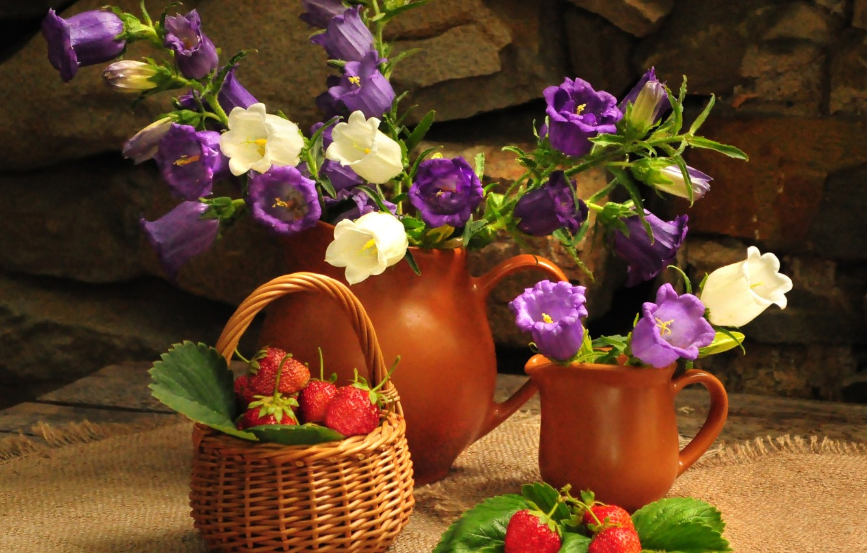 Фото обои цветок, лето, цветы, природа, корзина, букет, клубника, ягода, кувшин, натюрморт, колокольчики, корзинка