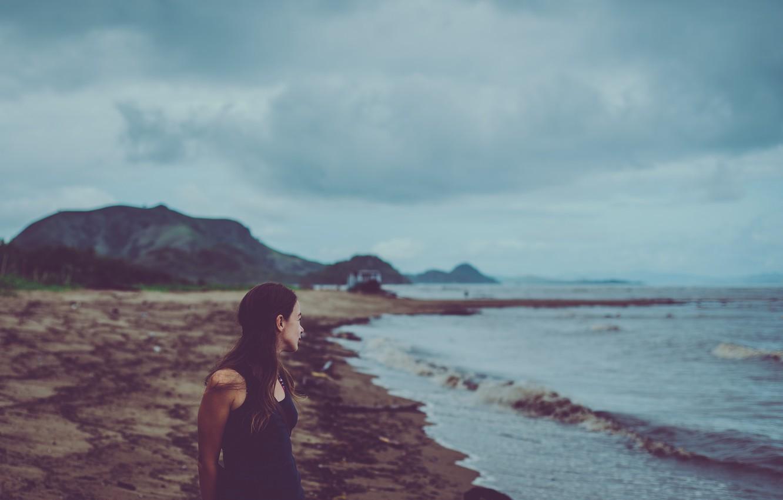 Фото обои waves, girl, beach, seaside, boat, cloudy