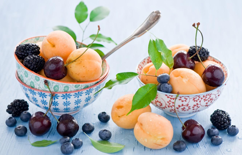 Фото обои листья, вишня, ягоды, черника, посуда, фрукты, натюрморт, ежевика, абрикосы, голубика, ложки, пиалы, Anna Verdina