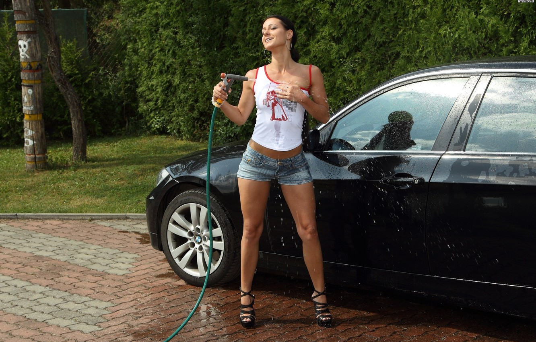 Фото обои авто, попа, грудь, взгляд, вода, девушка, секси, поза, модель, ситуация, мокрая, BMW, фигура, футболка, губы, …