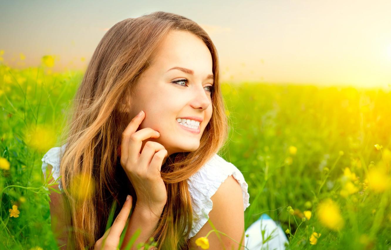 Фото обои трава, счастье, цветы, улыбка, Девушка, лежит, солнечный свет, белый сарафан