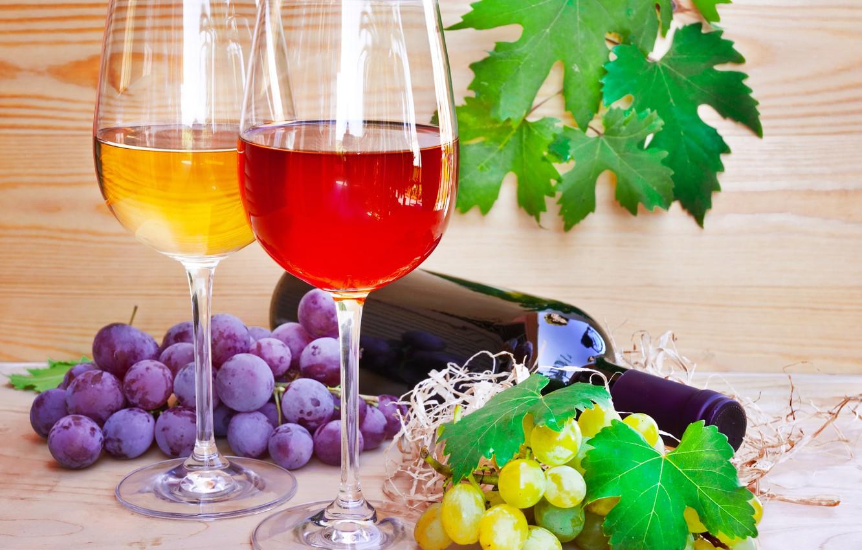 Фото обои бутылка, листики, грозди винограда, Бокалы вино