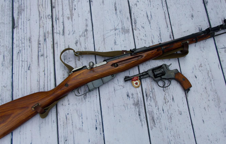 Фото обои оружие, фон, значок, револьвер, винтовка, Мосина