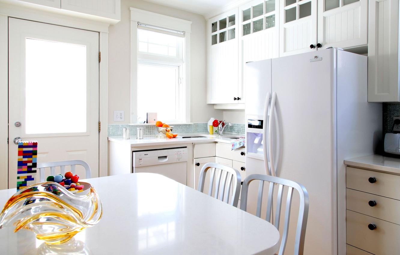 Фото обои белый, стол, комната, мебель, цвет, интерьер, холодильник, кухня