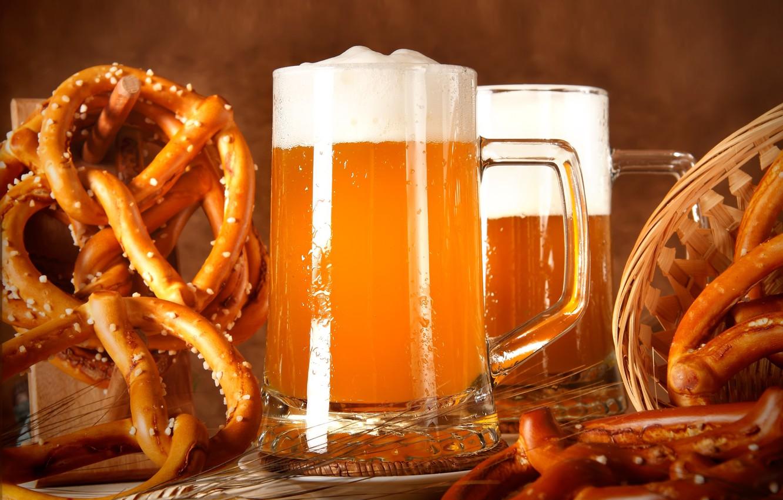 Фото обои пена, корзина, пиво, бокалы, колосья, брецели