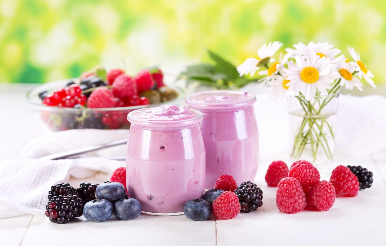 Фото обои цветы, ягоды, малина, ромашки, черника, баночки, десерт, ежевика, йогурт