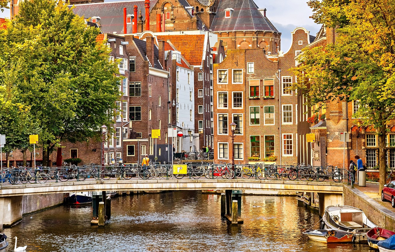 Фото обои осень, деревья, мост, город, река, люди, здания, дома, лодки, Амстердам, канал, Нидерланды, архитектура, Amsterdam, велосипеды, …