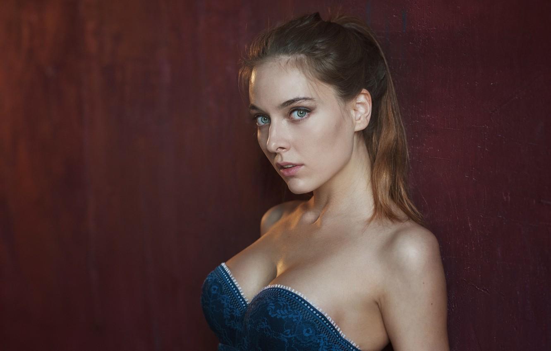 Фото обои грудь, взгляд, девушка, фон, милая, портрет, платье, прическа, light, шатенка, sexy, красивая, плечи, studio, eyes, …