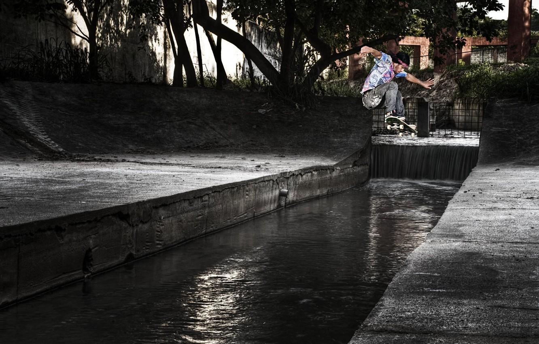 Фото обои деревья, парк, отражение, зеркало, скейтбординг, канализация, скейтборд, солнечный свет, экстремальный спорт, прыгать