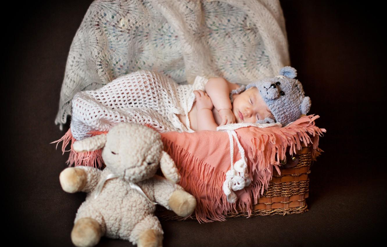 Фото обои корзина, шапка, игрушка, сон, малыш, ребёнок